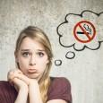 Junge Frau denkt an Zigarettenverbot