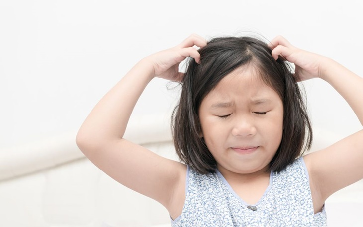 head-lice-girl-itchy