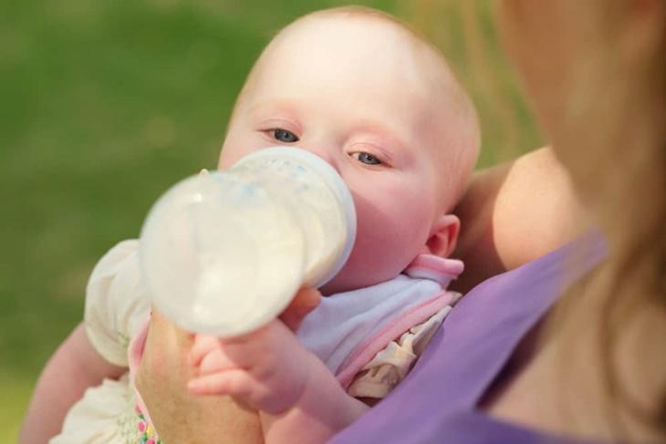 Glass-Botles-vs-Plastic-Baby-Bottles-1-1