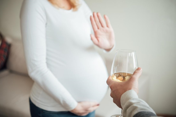 pregnant-woman-refusing-alcohol